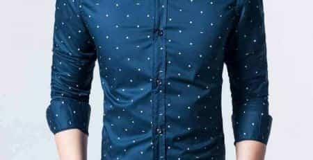 En lettere mørkegrøn skjorte med hvide prikker