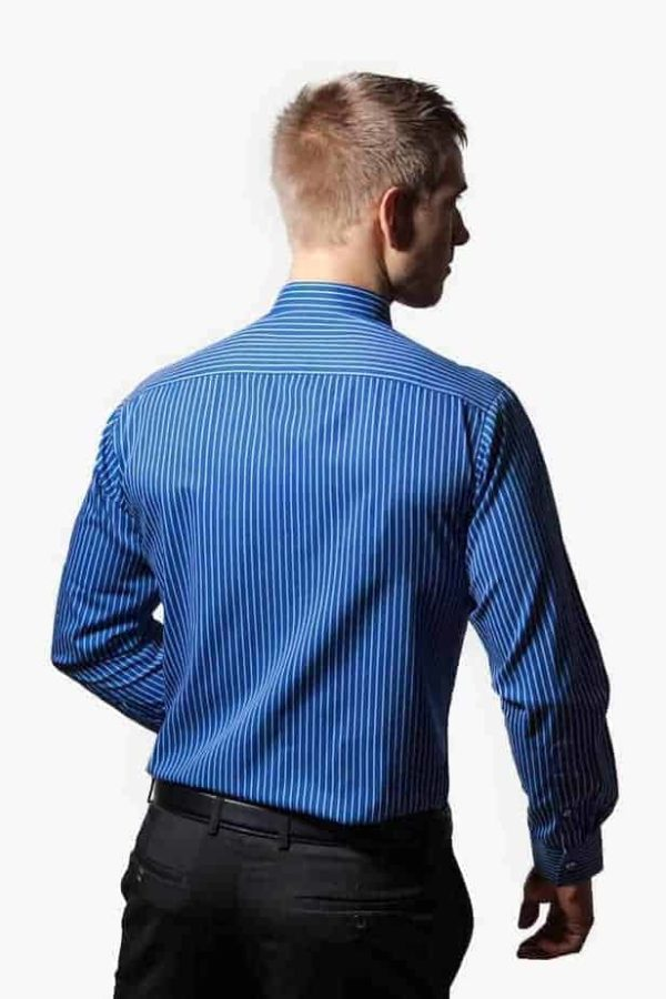blå og hvid stribet skjorte