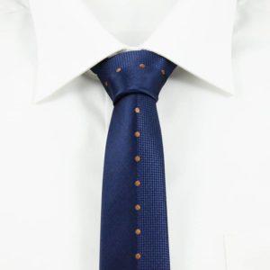 Blåt og orangeprikket slips detaljefyldt