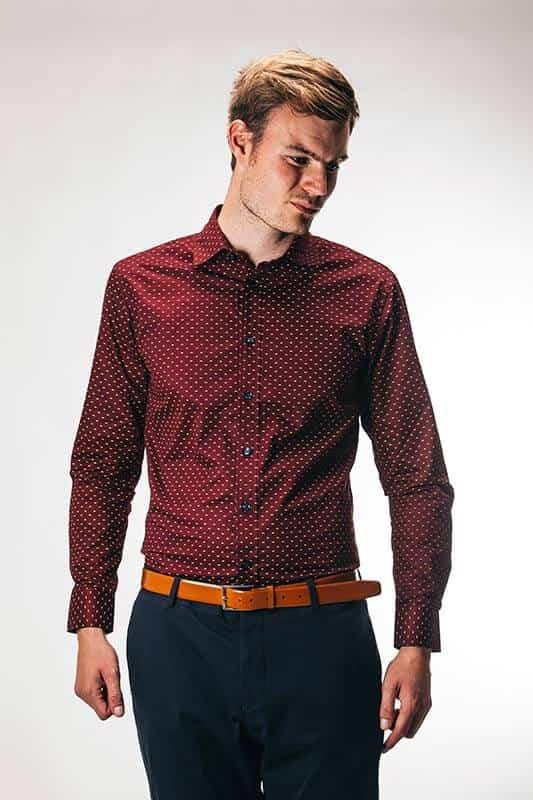 Bordeaux rød skjorte med polka prikker 11