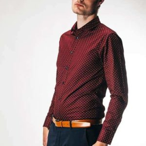 Bordeaux skjorte med moderne polka prikker
