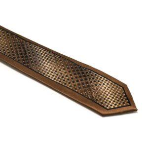 brunt slips med silkekant og struktur i midten