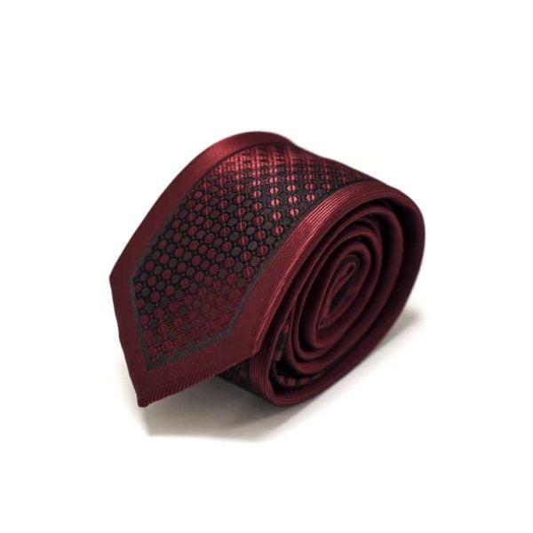 Klaasisk-rødt-slips-med-nuancerende-farver-og-struktur1