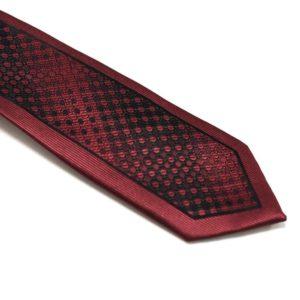 Klaasisk-rødt-slips-med-nuancerende-farver-og-struktur3