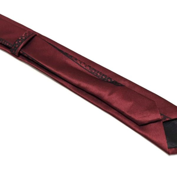 Klaasisk-rødt-slips-med-nuancerende-farver-og-struktur4