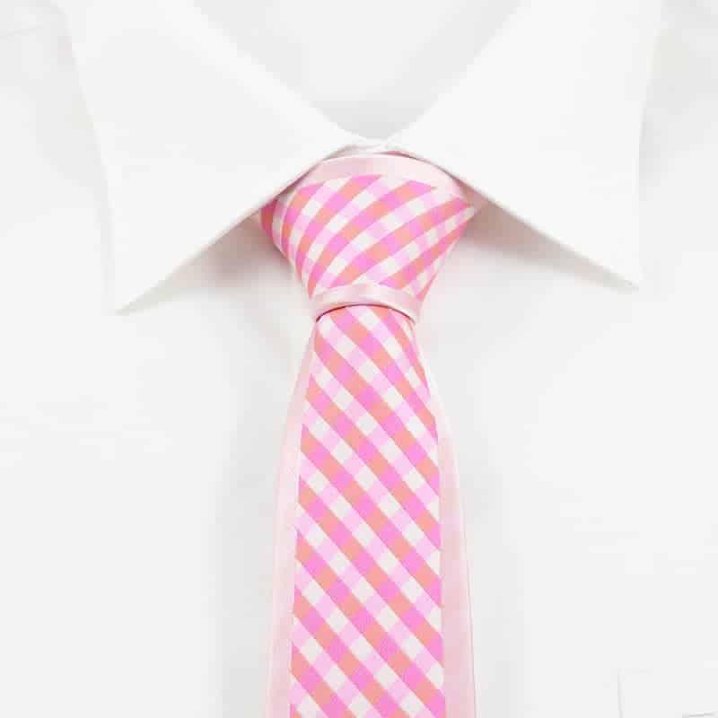 Moderne lyserødt slips ternet