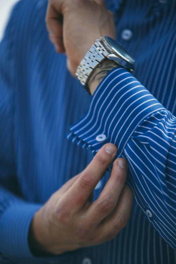 blå og hvid skjorte