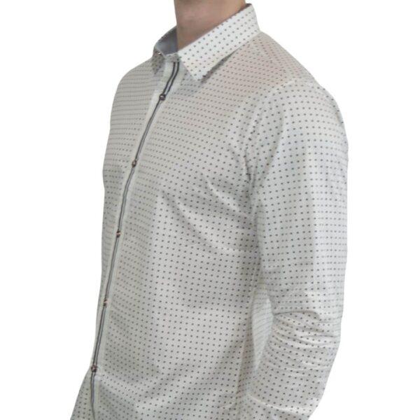 Hvid-skjorte-med-prikker-modern