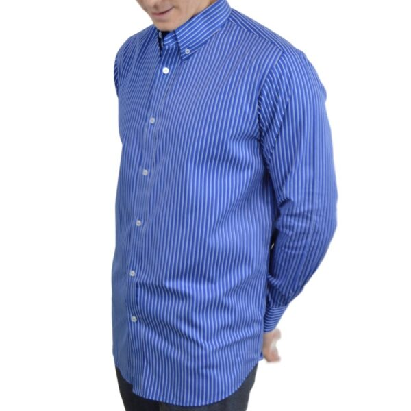 Tailormade-skjorte-blaa-hvid-modern